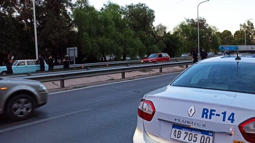 A la izquierda de la imagen el auto del que se bajó la víctima, según testigos